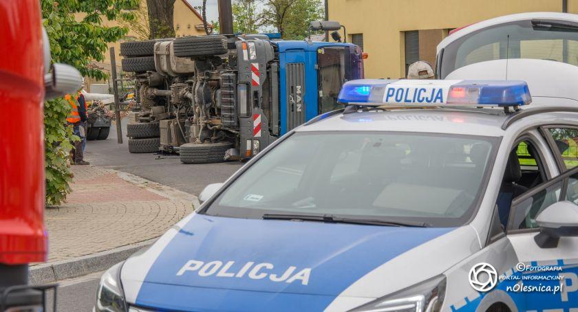 Na sygnale, Twardogórze przewróciła ciężarówka - zdjęcie, fotografia