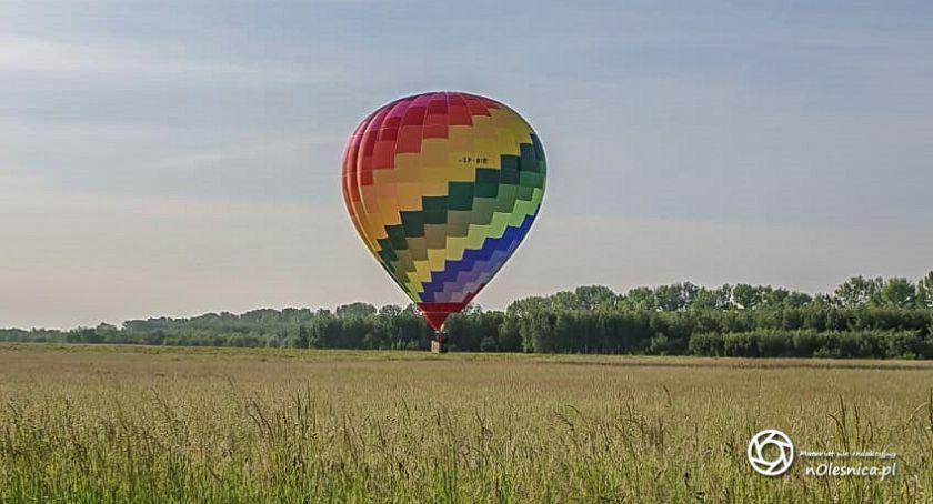 Wydarzenia, Lądowanie balonu oleśnickim lotnisku - zdjęcie, fotografia