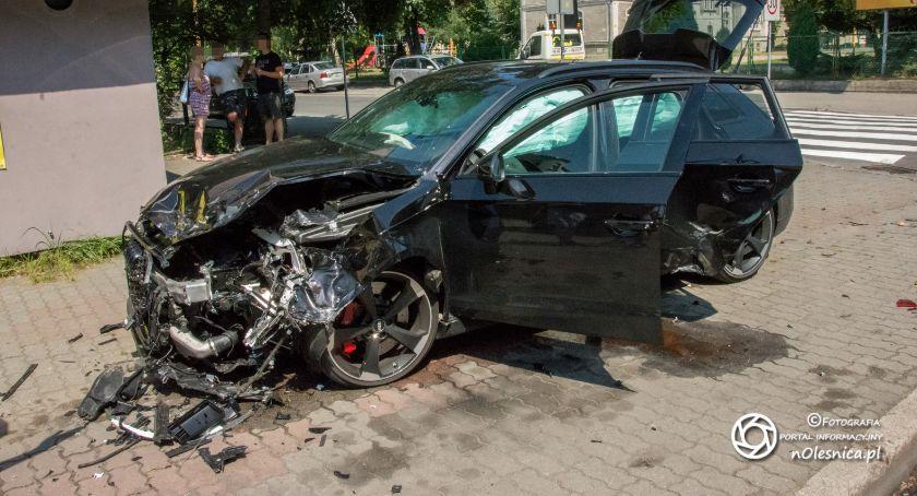 Na sygnale, Zderzenie pojazdów Listopada uszkodzone - zdjęcie, fotografia