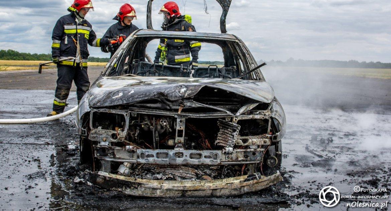 Na sygnale, lotnisku spłonęło kierowca uciekł tablice innego pojazdu VIDEO - zdjęcie, fotografia