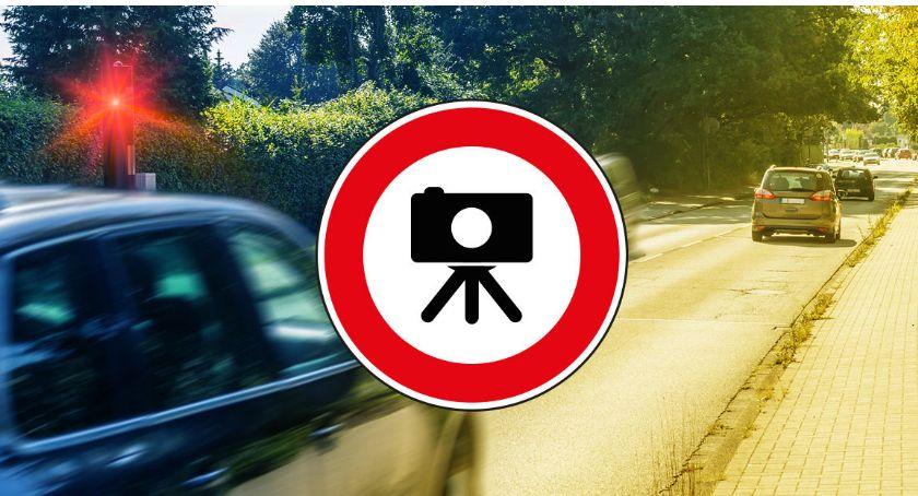 Na sygnale, policja prowadzi kontrole prędkości - zdjęcie, fotografia
