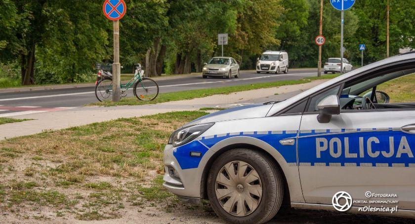 Na sygnale, Kolizja rowerzysty osobówką - zdjęcie, fotografia