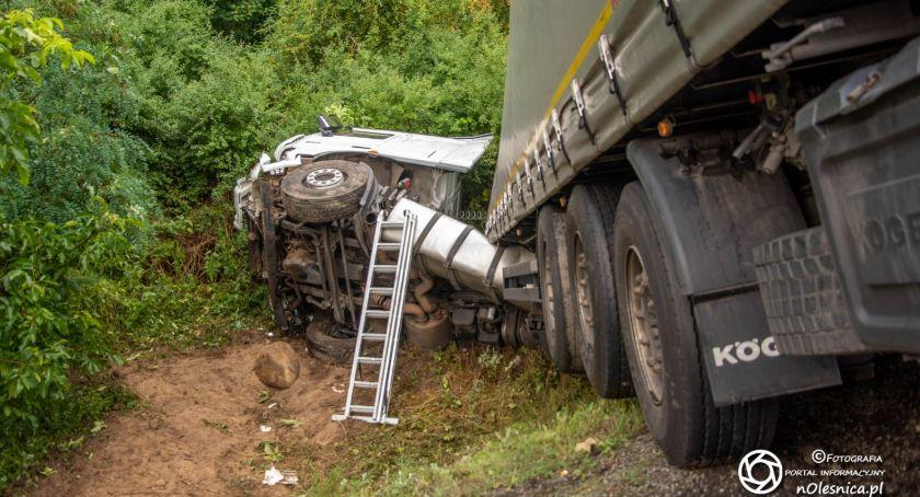 Na sygnale, ciężarówka wjechała - zdjęcie, fotografia