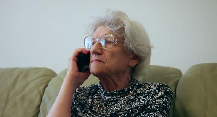 """Na sygnale, policji seniorów wciąż dochodzi oszustw metodą """"na wnuczka"""" - zdjęcie, fotografia"""