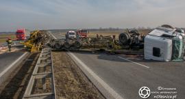 Na trasie S8 wywróciła się ciężarówka z ładunkiem - VIDEO