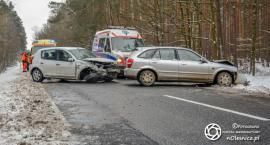 Czołowe zderzenie aut na DK25 i kolizja z trzecim - trzy osoby poszkodowane - FOTO i VIDEO