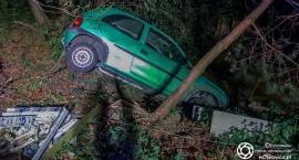 Ucieczka kierowcy Corsy i lądowanie w stawie - czy był nietrzeźwy?