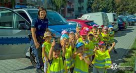 Oleśnickie przedszkolaki trenowały z policjantami poprawne przechodzenie przez jezdnię