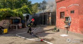 Pożar garażu na Kruczej - w ogniu butla z acetylenem
