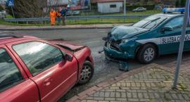 Kolizja trzech samochodów na skrzyżowaniu Dobroszycka Wojska Polskiego