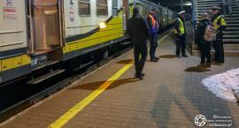 O krok od tragedii - pociąg potrącił kobietę na torach na Ratajach