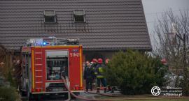 Strażak poszkodowany podczas pożaru poddasza w Stępinie