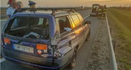 Wystrzeliła opona - auto na barierach