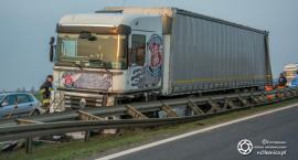 Wystrzał opony i ciężarówka na barierach