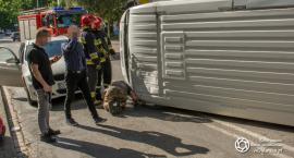 Pod więzieniem wywrócił się bus - VIDEO