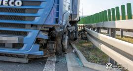 Wystrzał opony - ciężarówka uderzyła w bariery energochłonne na trasie S8