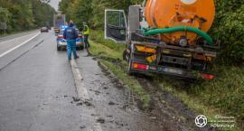 Cysterna w rowie - kierowca uciekał przed inna ciężarówką