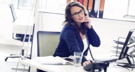 Okulary do pomieszczeń w pracy i w domu – do czego służą i czy są potrzebne