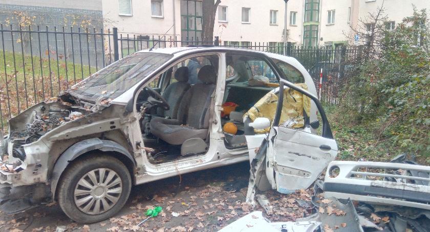 Miasto, Niezgodny przepisami demontaż pojazdów podwórku - zdjęcie, fotografia