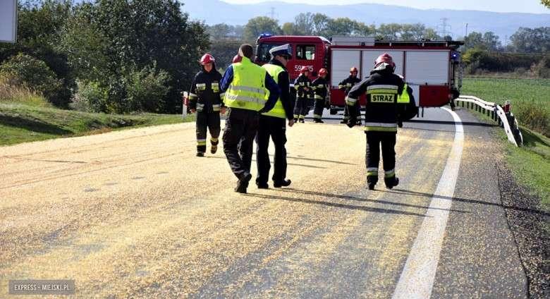 Wypadki drogowe, Zablokowana krajowa ósemka Ząbkowicach Śląskich drogę wysypało ziarno kukurydzy - zdjęcie, fotografia