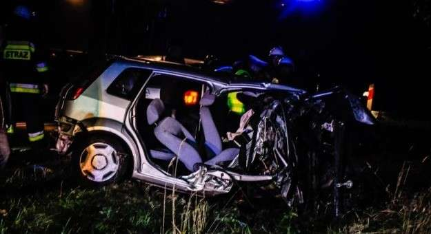 Wypadki drogowe, Osobówka uderzyła drzewo - zdjęcie, fotografia