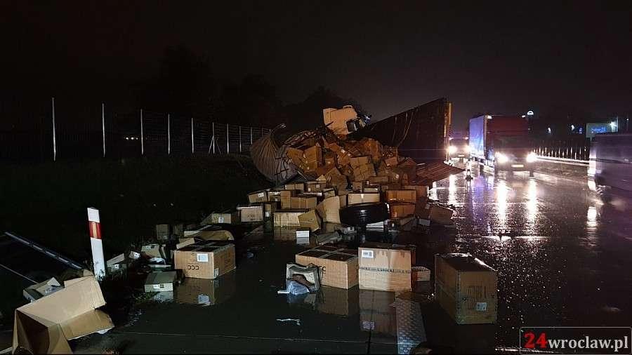Wypadki drogowe, Ciężarówka wpadła - zdjęcie, fotografia