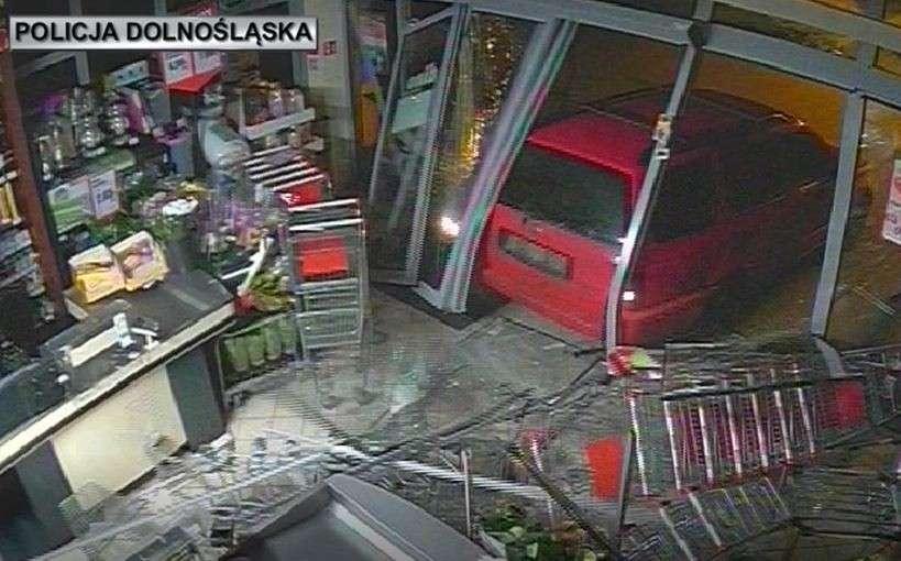 """Z ostatniej chwili, Okradali sklepy """"wjeżdżając"""" środka samochodem włamywaczy rękach Policji - zdjęcie, fotografia"""