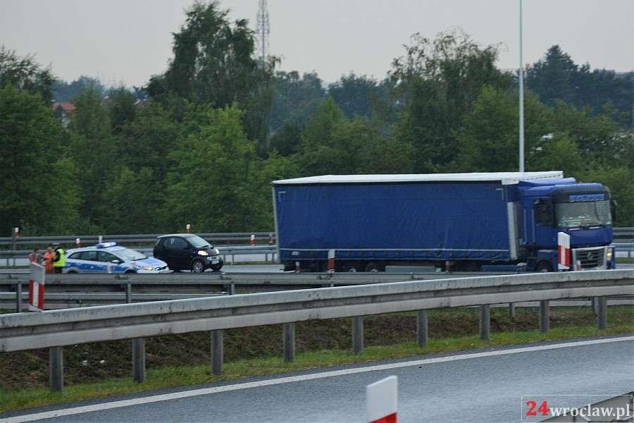 Wypadki drogowe, Ciężarówka uderzyła bariery - zdjęcie, fotografia