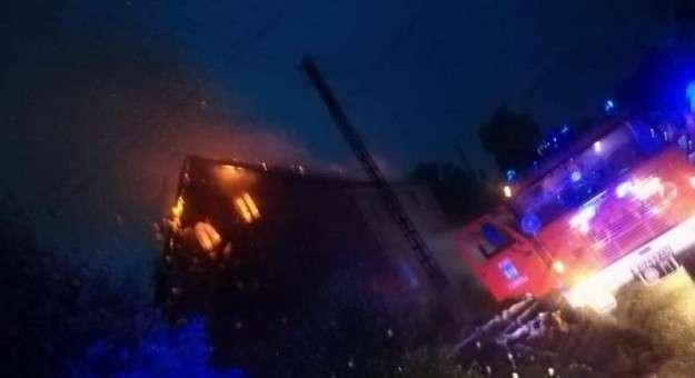 Pożary, Piorun uderzył budynek Spłonął poddasze - zdjęcie, fotografia