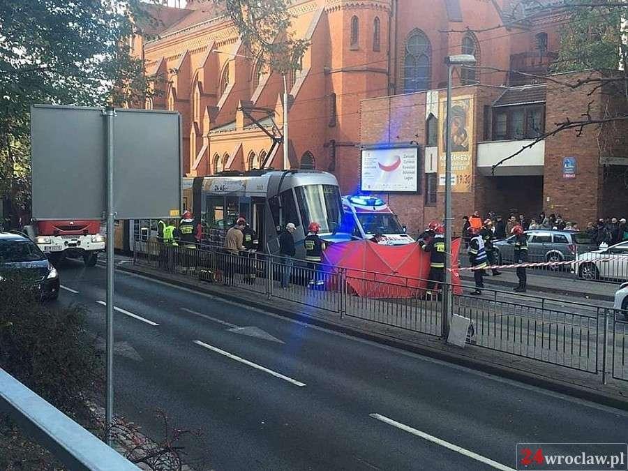 Wypadki drogowe, Kobieta wpadła tramwaj Grabiszyńskiej - zdjęcie, fotografia