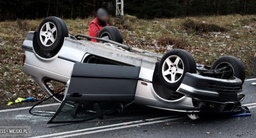 Wypadki drogowe, Bardzie dachowało - zdjęcie, fotografia