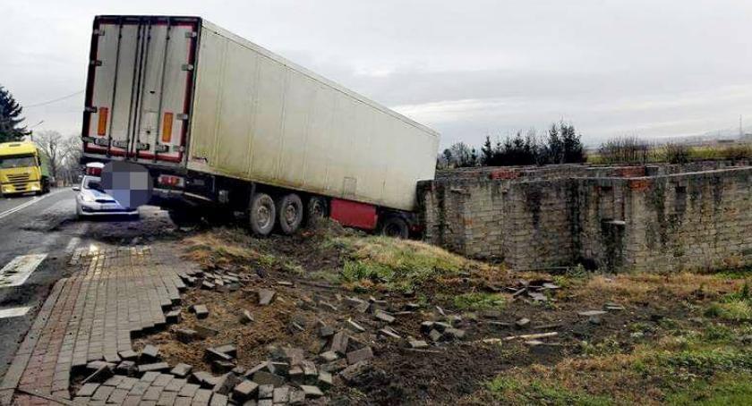 Wypadki drogowe, Ciężarówka zjechała drogi uderzyła zabudowania - zdjęcie, fotografia