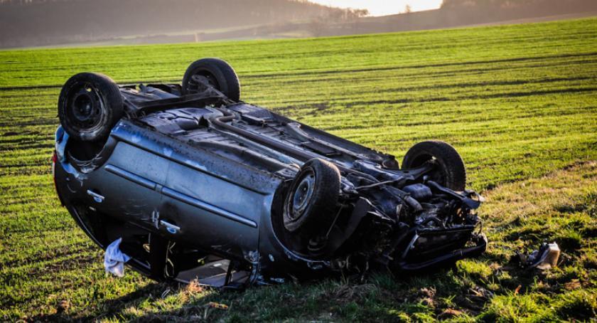 Wypadki drogowe, Dachowanie trasie Ząbkowice Dzierżoniów - zdjęcie, fotografia