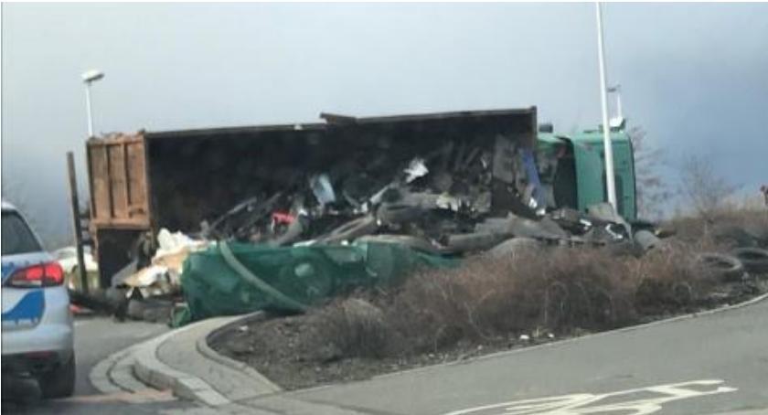 Wypadki drogowe, Granicznej przewróciła ciężarówka - zdjęcie, fotografia