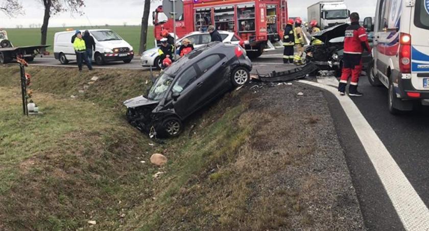 Wypadki drogowe, Zderzenie dwóch Jedno wpadło osoby szpitalu - zdjęcie, fotografia