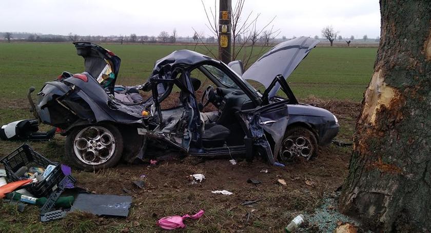 Wypadki drogowe, Samochód uderzył drzewo osoby ranne - zdjęcie, fotografia