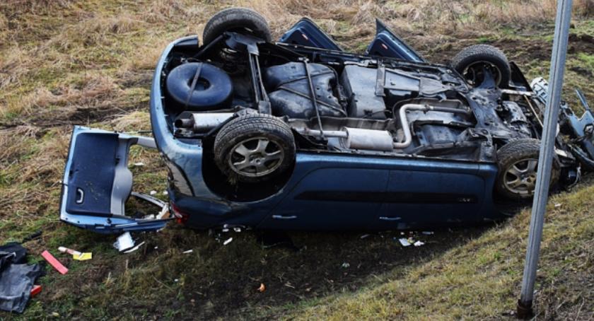 Wypadki drogowe, Dachowanie okolicy Barda - zdjęcie, fotografia