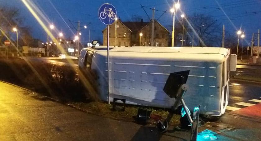 Wypadki drogowe, przewrócił skrzyżowaniu - zdjęcie, fotografia