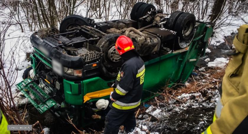 Wypadki drogowe, Dachowała śmieciarka Włącz Zello - zdjęcie, fotografia