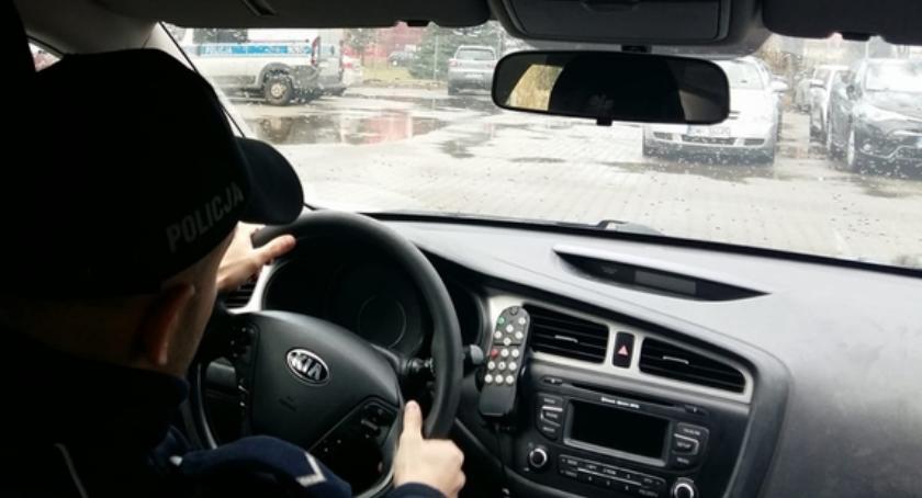 Wypadki drogowe, Uderzył autem słup sygnalizacyjny przejeździe kolejowym - zdjęcie, fotografia