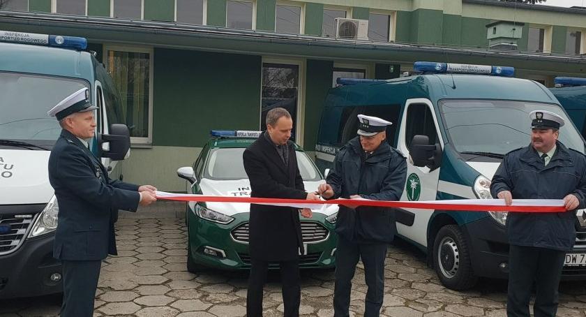 Społeczeństwo, Wojewoda przekazał kolejne samochody Wojewódzkiej Inspekcji Transportu Drogowego Wrocławiu - zdjęcie, fotografia