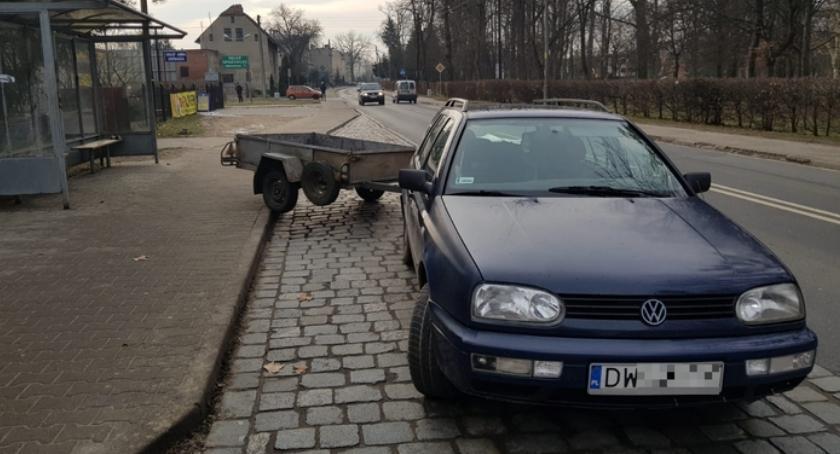 Wypadki drogowe, Wjechał przyczepą przystanek autobusowy - zdjęcie, fotografia