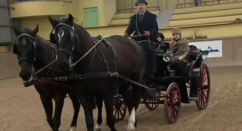 Wyścigi konne, Pokaz historycznych powozów Wrocławiu Najstarsze mają ponad - zdjęcie, fotografia
