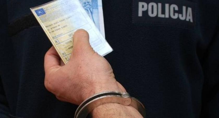 Kronika kryminalna, Obiecał policjantom swój samochód zamian odstąpienie zatrzymania - zdjęcie, fotografia