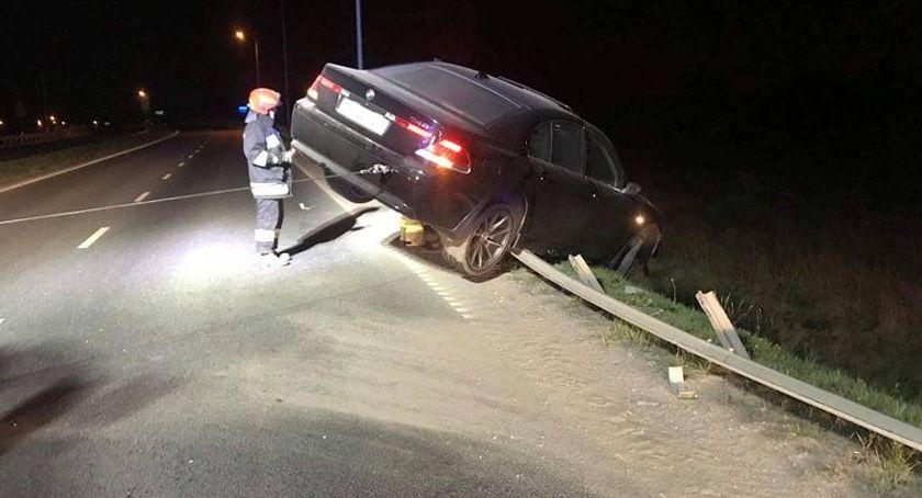 Wypadki drogowe, Pijany Kierowca skończył jazdę barierkach - zdjęcie, fotografia