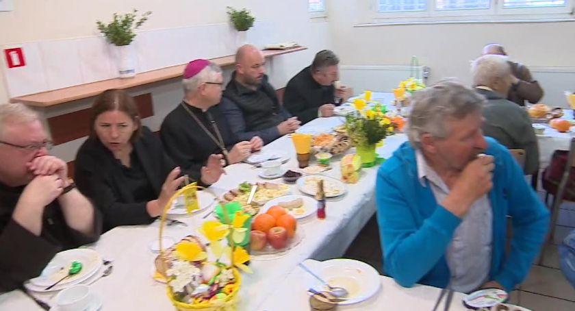 Ludzie, serca przymusu Wielkanocne śniadanie potrzebujących Wrocławiu - zdjęcie, fotografia
