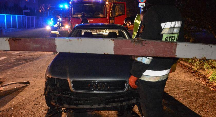 Wypadki drogowe, Staranował zapory wjechał torowisko kompletnie pijany - zdjęcie, fotografia