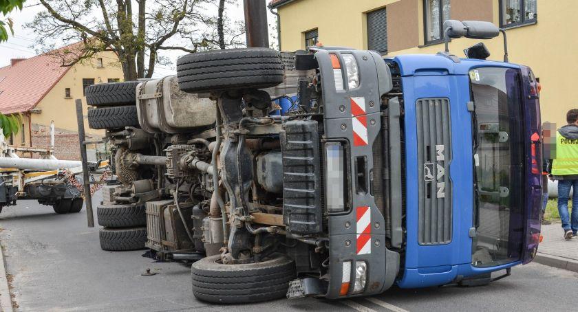 Wypadki drogowe, centrum Twardogóry przewróciła ciężarówka - zdjęcie, fotografia