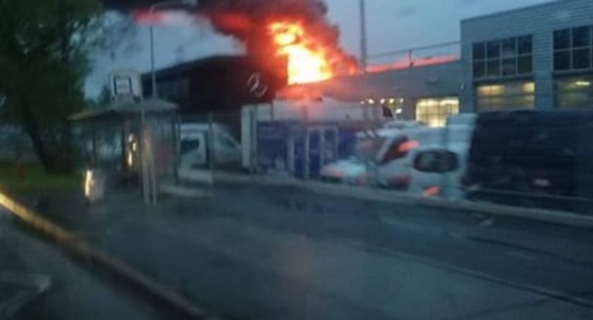 Pożary, Pożar salonu mercedesa - zdjęcie, fotografia
