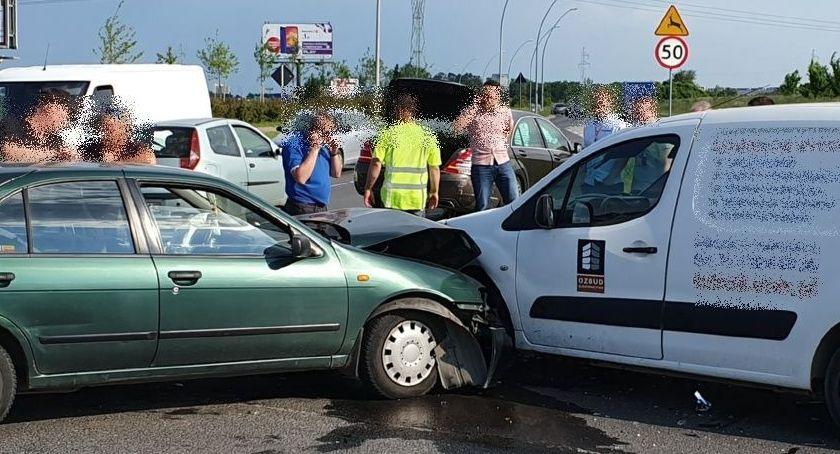 Wypadki drogowe, Zderzenie trzech samochodów skrzyżowaniu Zabrodzkiej Kwiatkowskiego - zdjęcie, fotografia